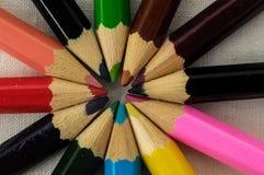 Texturerade nya kulöra blyertspennor Arkivbild