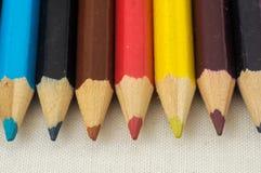 Texturerade nya kulöra blyertspennor Royaltyfria Bilder