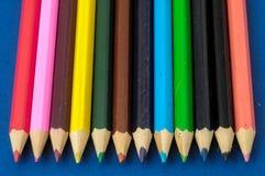 Texturerade nya kulöra blyertspennor Royaltyfri Foto