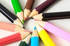 Texturerade nya kulöra blyertspennor Arkivfoto