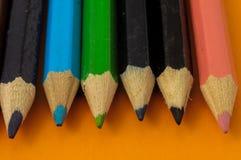 Texturerade nya kulöra blyertspennor Royaltyfri Bild