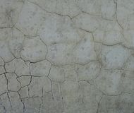 Texturerade sprickor på gammal betongväggbakgrund royaltyfri foto