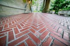 Texturerat gå för tegelstenmodellväg arkivfoto