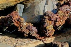 Textures et formes dans les roches avec une chaîne rouillée Photo libre de droits