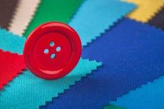 Textures multicolores de tissu de détails de dessins de bouton rouge Image libre de droits