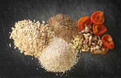 Textures, noix, fruits secs sur un hachoir noir Image stock