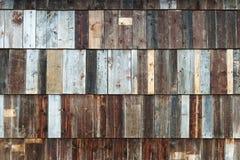Texturfoto av lantligt ridit ut ladugårdträ Arkivfoton
