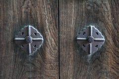 Texturice el fondo en la puerta de madera antigua japonesa adornada con los pernos metálicos oxidados Imágenes de archivo libres de regalías