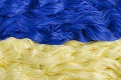 Texturice el hilo con la imagen de la bandera de Ucrania foto de archivo