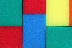 Texturice las esponjas rectangulares para los platos que se lavan de diversos colores imágenes de archivo libres de regalías