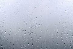 Texturice las gotas de agua en el vidrio de la ventana para la lluvia, colores blancos y negros, foto, fondo inusual Fotos de archivo