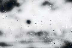 Texturice las gotas de agua en el vidrio de la ventana para la lluvia, colores blancos y negros, foto, fondo inusual Fotos de archivo libres de regalías
