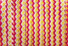 Texturice los colores blancos, amarillos, y rojos trenzados de la cuerda Fondo Fotografía de archivo libre de regalías