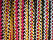 Texturice los colores blancos, amarillos, y rojos trenzados de la cuerda Fondo Imagen de archivo