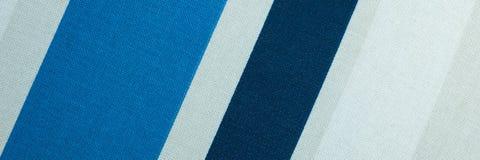 Texturisé avec un modèle des bandes diagonales du blanc et des nuances du bleu photos stock