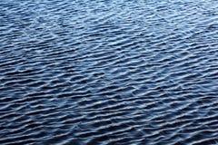 Texturvatten med små vågor av blått Arkivfoto