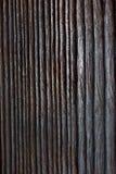 Textuur, achtergrond Een stuk van natuurlijk hout met in reli?f gemaakte strepen, voren royalty-vrije stock foto