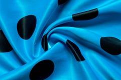Textuur, achtergrond, patroon De zijdestof is blauwe en zwarte polk royalty-vrije stock foto