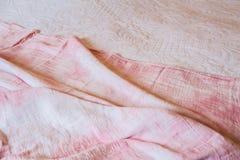 Textuur, achtergrond, patroon Witte roze doeksamenvatting als achtergrond met zachte golven, groot voor kleding of kostuums, waar stock fotografie