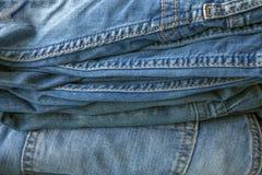 Textuur, achtergrond van hoop van blauwe denimbroek stock afbeelding