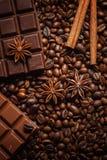 Textuur die koffiebonen, chocolade, kaneel en kruidnagels morsen Hoogste mening De ruimte van het exemplaar royalty-vrije stock fotografie