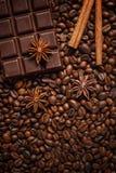 Textuur die koffiebonen, chocolade, kaneel en kruidnagels morsen Hoogste mening De ruimte van het exemplaar royalty-vrije stock foto