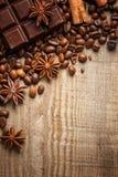 Textuur die koffiebonen, chocolade, kaneel en kruidnagels morsen Hoogste mening De ruimte van het exemplaar royalty-vrije stock afbeeldingen