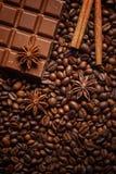 Textuur die koffiebonen, chocolade, kaneel en kruidnagels morsen Hoogste mening De ruimte van het exemplaar stock afbeeldingen