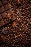 Textuur die koffiebonen, chocolade, kaneel en kruidnagels morsen Hoogste mening De ruimte van het exemplaar stock afbeelding