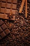 Textuur die koffiebonen, chocolade, kaneel en kruidnagels morsen Hoogste mening De ruimte van het exemplaar royalty-vrije stock foto's