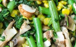 Textuur en achtergrond van gesneden groenten op een pan Het graan, spinazie, asperge, paddestoelen sluit omhoog royalty-vrije stock foto