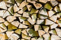 Textuur houten achtergrond met stapel van gestapeld die brandhout op open haard en boiler wordt voorbereid stock afbeeldingen