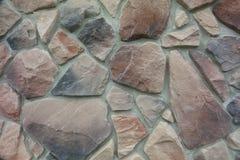 Textuur - kunstmatige decoratieve steen façade Decoratieve grijze de muur van de kleuren ruwe steen textuur als achtergrond Stock Foto