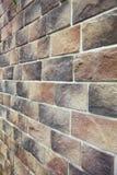 Textuur - kunstmatige decoratieve steen façade Decoratieve grijze de muur van de kleuren ruwe steen textuur als achtergrond Stock Foto's