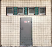 Textuur met kleine vierkante vensters en metaaldeur Stock Foto