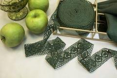 Textuur, patroon, kantstof in groen met appel stock foto's