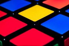 Textuur, rode, gele en blauwe vierkant, door een zwarte streep wordt gescheiden die stock foto's