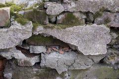 Textuur van bakstenen muur die met beton en mos wordt behandeld stock fotografie