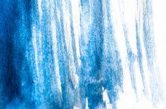 Textuur van blauwe waterverfverf op Witboek De horizontale achtergrond met vlekken van watercolour borstelt slagen royalty-vrije stock afbeelding