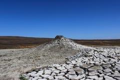 Textuur van de aarde` s oppervlakte en barsten naast de koude moddervulkaan De laag van modder, welke vulkaan losbarst, droogt sn royalty-vrije stock foto