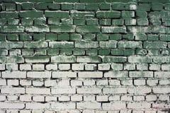 Textuur van de baksteen de oude muur met de groene witte kleuren van de gradiëntverf Stock Foto's