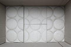 Textuur van de bodem van een kartondoos met sporen van ronde blikken stock foto
