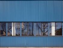 Textuur van de industriële opslagbouw met vensters Stock Foto's