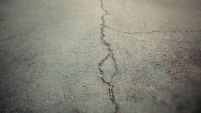 Textuur van de oude weg met barsten Asfaltoppervlakte op de straat De grootte van de Webbanner 16 in gewas 9 Royalty-vrije Stock Afbeeldingen