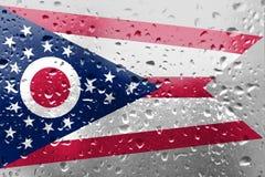 Textuur van de vlag van Ohio op het glas met dalingen stock foto's