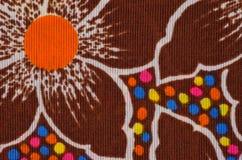 Textuur van dichte sterke bruine stof met geschilderde bloemen royalty-vrije stock fotografie