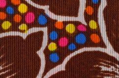 Textuur van dichte sterke bruine stof met geschilderde bloemen royalty-vrije stock afbeeldingen