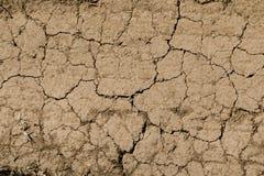 Textuur van droge bruine gebarsten aarde Gebrek aan vochtigheid op de grond, droogte Het concept dehydratieland Foto als behang royalty-vrije stock foto
