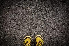 Textuur van een asfaltweg met schoenen royalty-vrije stock fotografie