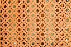 Textuur van een houten bruine oude mens van een oud mooi gesneden geweven Arabisch Islamitisch Moslimvenster met ornamenten en pa royalty-vrije stock afbeelding